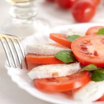 """""""Mocarella"""" siers ar tomātiem un """"Pesto"""" mērci"""
